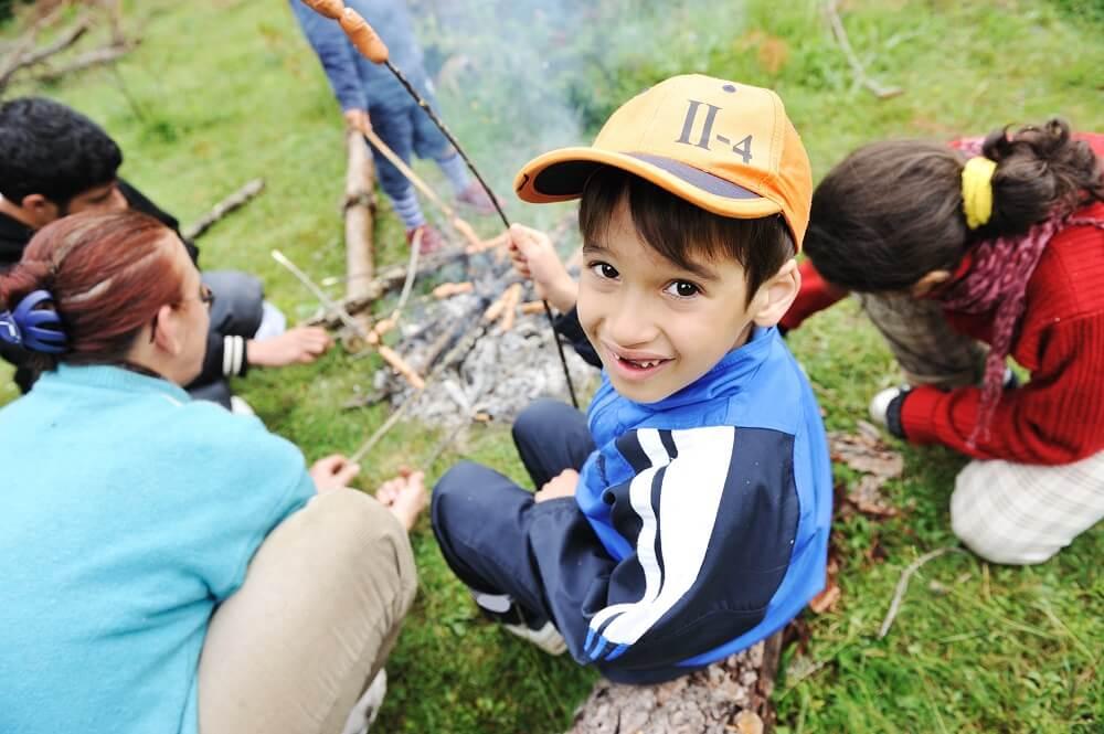 Opékání buřtů k táboru prostě patří